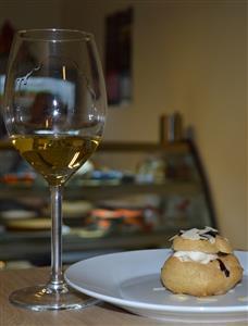 Profiterol sa sladoledom od anisa s džemom od kruške, preljevom od tamne čokolade i sjeckanim bademima  - Iločki traminac