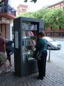 Frankfurt-vitrina-s-knjigama