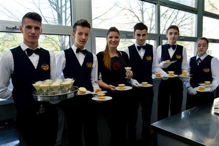 Iva Pehar i učenici-konobari