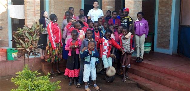 Dejan Nemčić i djeca u Tanzaniji