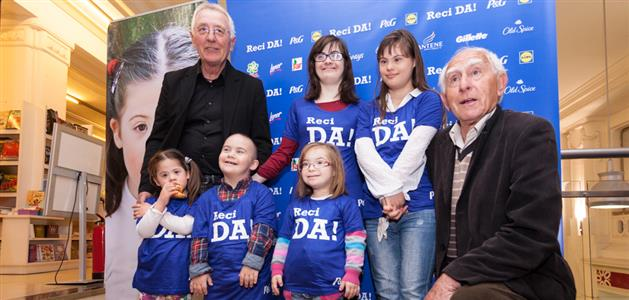 Oliver Dragojević i Mladen Kušec s djecom