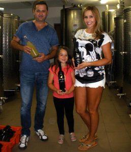 Josip i Mara Barundić s najmlađom kćeri Anamarijom, koja je pravi majstor u lijepljenju etiketa na boce